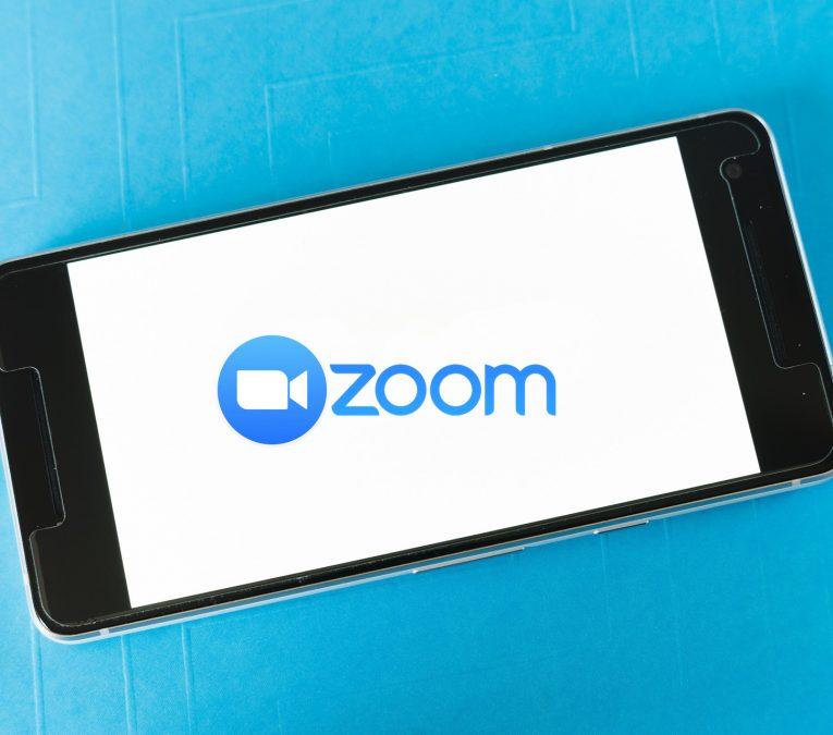 movil con el logo de Zoom