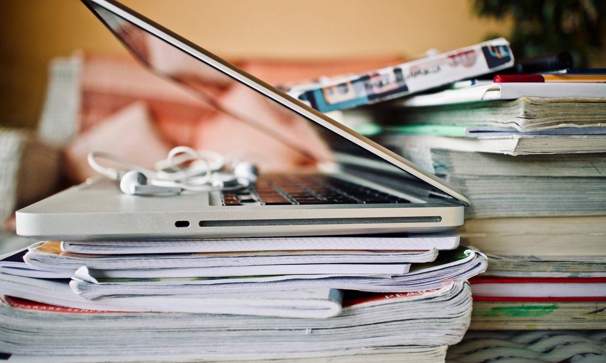imagen portatil con libros