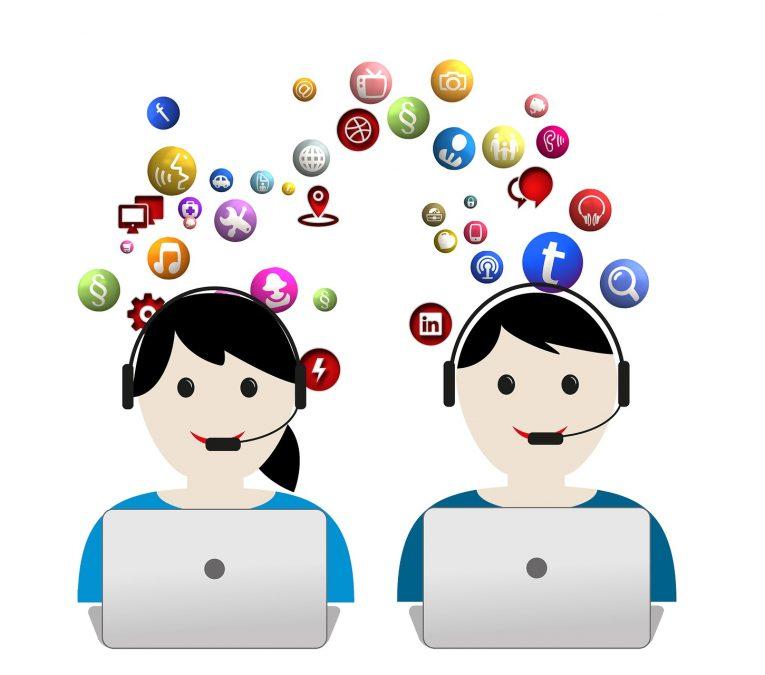 Imagen dos personas trabajando en un call center