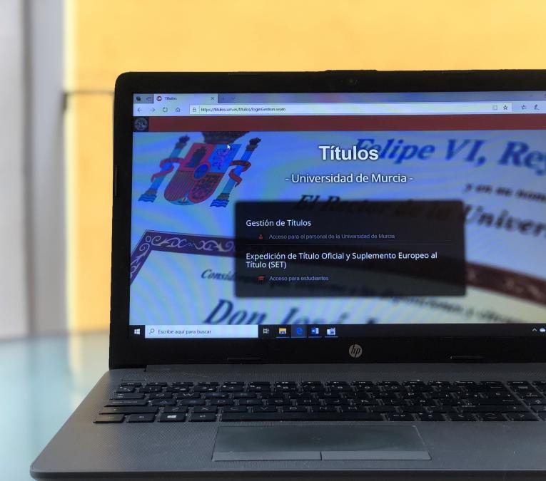 imagen de la pantalla de un portatil con la aplicación titulos de la Universidad de Murcia