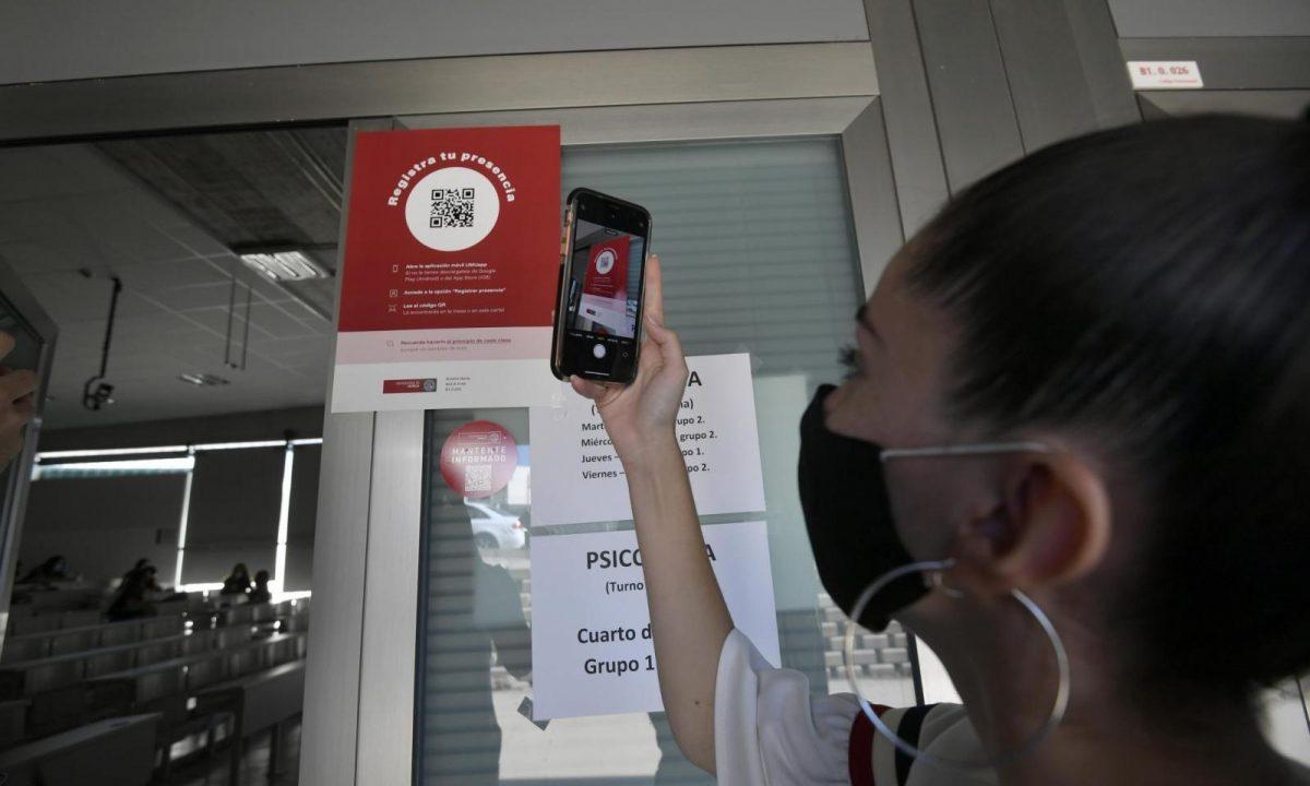 Estudiante utilizando un codigo QR