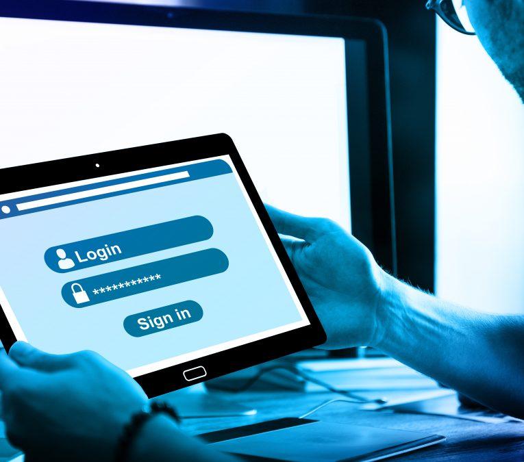 Chico con una tablet en las manos mirando la pantalla